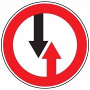 """дорожный знак 2.6 """"Преимущество встречного движения"""""""